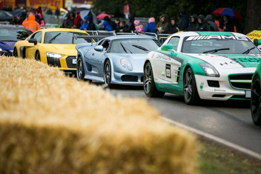 Cars on te track at carfest